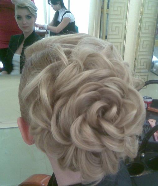 Фото прически с цветами из волос