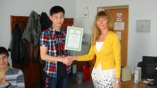 Вручение сертификата Шагдырову Батору, 1 курс ИНК, 2013 г.